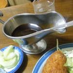 食事処 館 - 特製ソースまで付いて来る。もちろん味噌汁、付け合せのサラダ、果物(?)も。