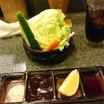 信玄 - 生野菜、お塩、ソース、お醤油。