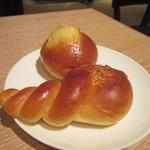 41717864 - パンはコーンマユネーズとココナッツスイートロールを選んでテーブルに運びました。