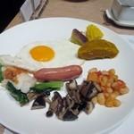 41717865 - メインのお皿は目玉焼きを中心に温野菜とキノコにソーセージを添えてみました。