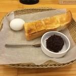コメダ珈琲店  - モーニングはトースト&ゆで卵付き。