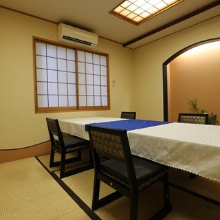 個室でゆったりと日本料理を味わう