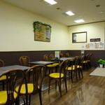 カフェ ドルチェ - テーブル席主体の広めで明るい空間