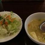 41722419 - サラダには牛肉コロッケが乗り、とろみのあるスープはエスニックでは無い優しい味
