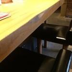 博多 一風堂 - 6人掛け?の大きなテーブルに着きました