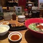 博多 一風堂 - 赤丸に、餃子とご飯をセット、930円です
