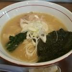 ほたる - スープがレモンを入れることで全く別物へと変わるのが斬新です。麺はストレートの細麺を使っていました。