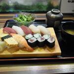 鮨遊膳 みのり - 握り寿司(1100円)。茶碗蒸しとサラダ、味噌汁つき