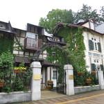 41726739 - 円山公園の入り口にある一軒家