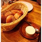 2colori - お通しのパンと薫製バター 500円