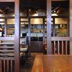 麺屋 大和 - 木造りの店内。