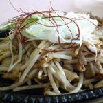 れんげ草 - 秋の限定メニュー 塩麹味噌ホルモン鉄板焼き 昼なのにビールが欲しくなる