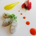 レストラン 花の木 - 前菜はイカのタルタル風です。       ソースは、赤と黄色のパプリカを使ったもので、それぞれレモンやハーブで味付けされています。