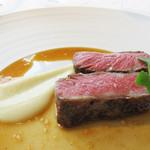 レストラン 花の木 - こちらは他の方が頼んだ肉料理。       和牛ロースのステーキでした。淡路島産新玉ねぎのペースト添え。