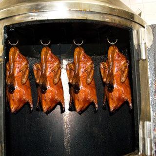 専用焼き器で焼く北京ダック