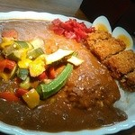 ジャン・カレー - メンチカツカレー(大、辛目)に夏野菜、茹で玉子トッピングです。