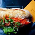 ブレッド&タパス 沢村 - 塩豚と香草のサンド