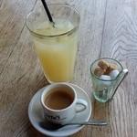 ジョジョズ カフェ&バー - エスプレッソとグレープフルーツジュース