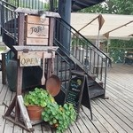 ジョジョズ カフェ&バー - 階段を上ります