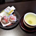 月のしずく - お着き菓子とお茶