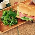 MOANA CAFE - パストラミサンドイッチ