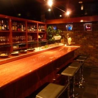1階バールでは気軽にお酒と小皿料理をお楽しみいただけます。