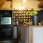かふぇど結 - 玄関、上がったところの風景です、右は厨房です、奥にはコーヒーカップが並びます