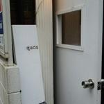 quca - 1階の入口 看板