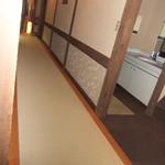 冨久家 - 入り口から廊下