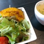 41768259 - コンソメスープは味薄い(^^;)                       サラダはけっこう野菜も多く、カボチャがホクホクして美味しい。和風フレンチドレッシングも好きな味。