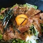 41768262 - ステーキ丼980円                       よくある焼き肉屋の焼き肉丼とは違うオシャレな丼