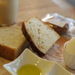 ecomo Bakery YOKOHAMA MOTOMACHI - 2015年9月 今日のパンは黒七味のフォカッチャ。厚めのが2枚です。