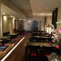 レストラン満奈多 - 入り口からのホール写真。大きな生け花がお迎えします。