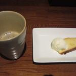41778613 - 食後のコーヒーとケーキ。