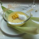 41780284 - とうもろこしのスープ。黄色い実はゴールドラッシュ。スープはピュアホワイト。トウモロコシの毛はグリルしてあり食べられます。