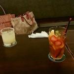 cafe&pub Kensington - ピムス グラス ¥700(手前)と、ソルティードッグ(奥)