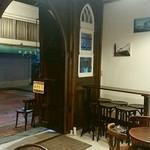 cafe&pub Kensington - 入口入ってすぐ。店内までは行かない、テラス席?