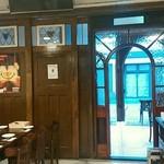 cafe&pub Kensington - 店内カウンター席から見た、入口側。