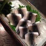 41781744 - 新子の酢締め。寿司だと2貫ヅケか3貫ヅケにしそうなサイズを丁寧に仕事していて、鮨屋でもないのに素晴らしい!