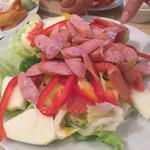 炉端焼 栄ちゃん - ウインナーと明太子と林檎とフレッシュ野菜のサラダ