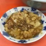 41783858 - 別皿のアブラ。ほぐし豚も盛られる。