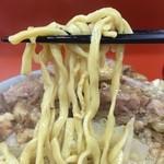 41783859 - 自家製の加水率低めの平打ち太麺。