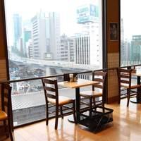 カフェ クッチーナ&カンパニー - 眺めの良い窓側席