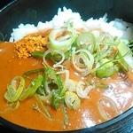 博多満月 - カレーもあったので、お代わりご飯に掛けてみました。ネギと七味を添えて。