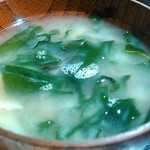 博多満月 - キャベツのお味噌汁に、ワカメ入れてみました。