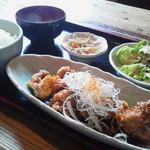 葱蔵 - 鶏の唐揚げネギ香味ソース600円(税込) ご飯大盛り無料。味噌汁、小鉢、ミニサラダ付き
