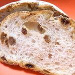 タカキベーカリーファクトリーショップ - 写真が明るすぎたのですが実際はもっとライ麦パンらしい濃い色合い