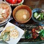 旬菜酒家 一心 - 鶏肉の塩麹焼き、天ぷら、自家製豆腐、香の物、味噌汁、味ごはん