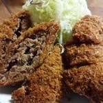 亜希 - 衣のパン粉は細かくメンチの肉は繋ぎ無しの牛100%!キャベツもがやや荒切りで食べ応えあり