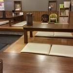 ラーメン いっとうや - L字型に4人掛け小上がり座敷席が4つ?程あります(^-^)子供用の椅子や絵本も角にありファミリー客にも優しいんではないだろうか(^^) 反対側には2人掛けテーブル席も3~4個あります